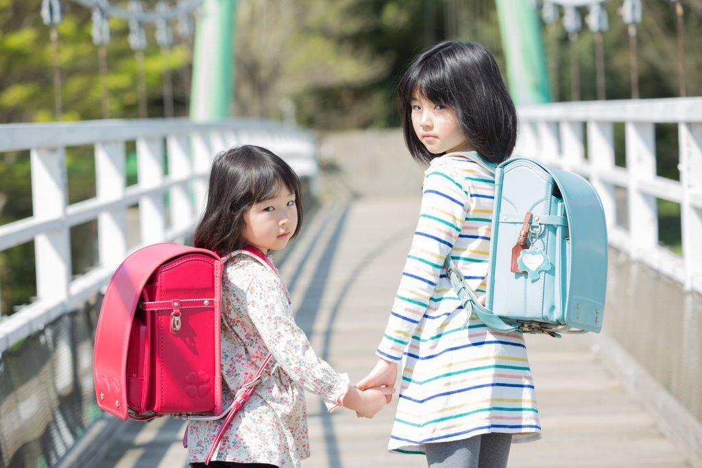 ランドセルを背負う女児二人