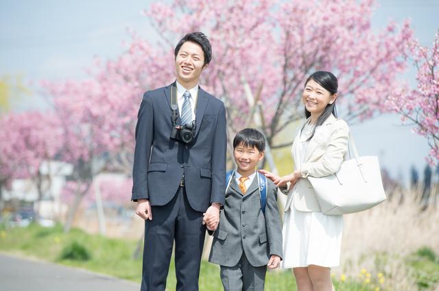 入学式に向かう親子