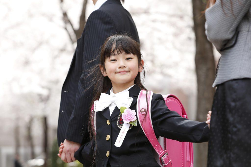 入学式に向かうランドセルを背負った女児