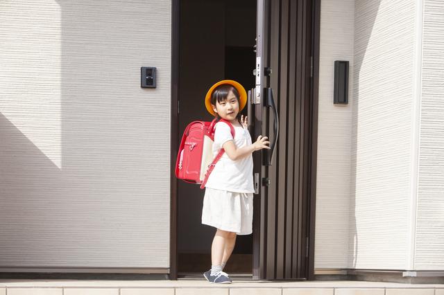 玄関にいる小学生