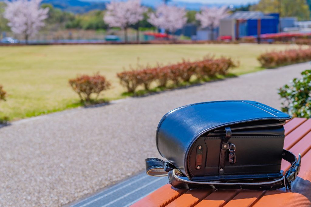 公園のベンチの上にランドセル
