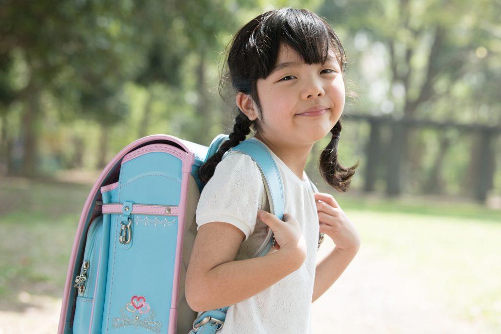 水色のランドセルを背負う女の子