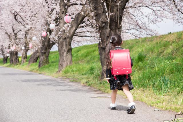 入学式に向かう小学生の女の子